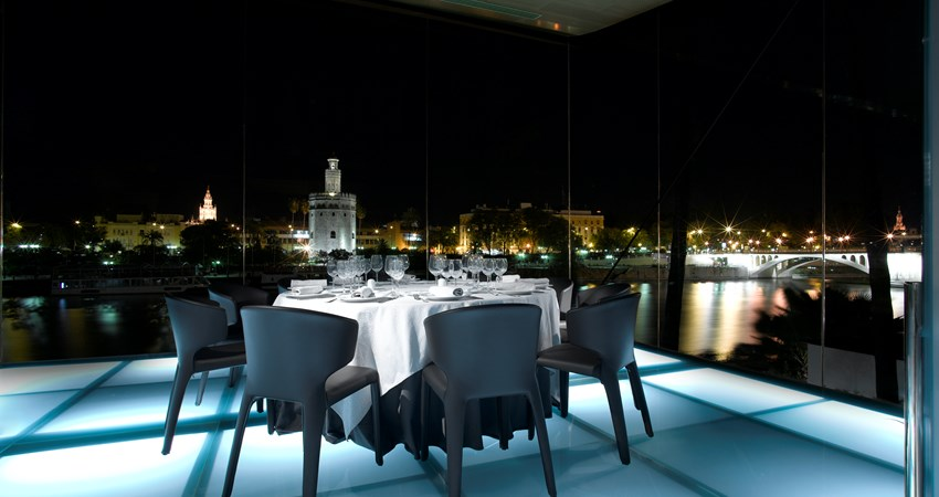 The windows of the Abades Triana invite to enjoy the views of the historic center of Seville