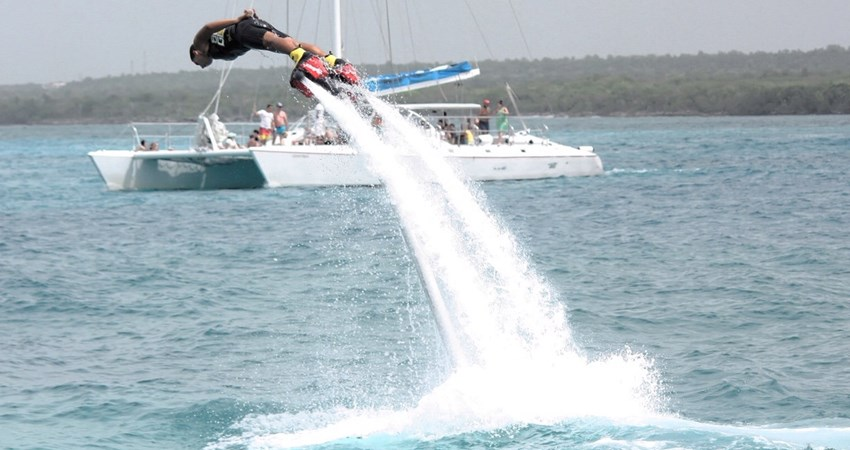 Fly, dive and jump over the water like a dolphin? With a flyboard, you can