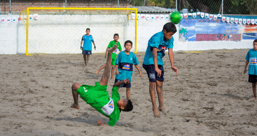 With so much passion for football and so much coast, it is inevitable that Salvadorans play beach soccer