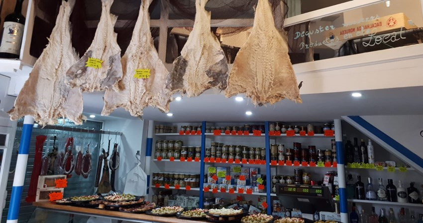 La Tienduca makes one of the hallmarks of the old grocery stores its letter of introduction: great bacaladas drying on a hook welcome the customer in this Portuguese grocery store that is also a bar and restaurant.