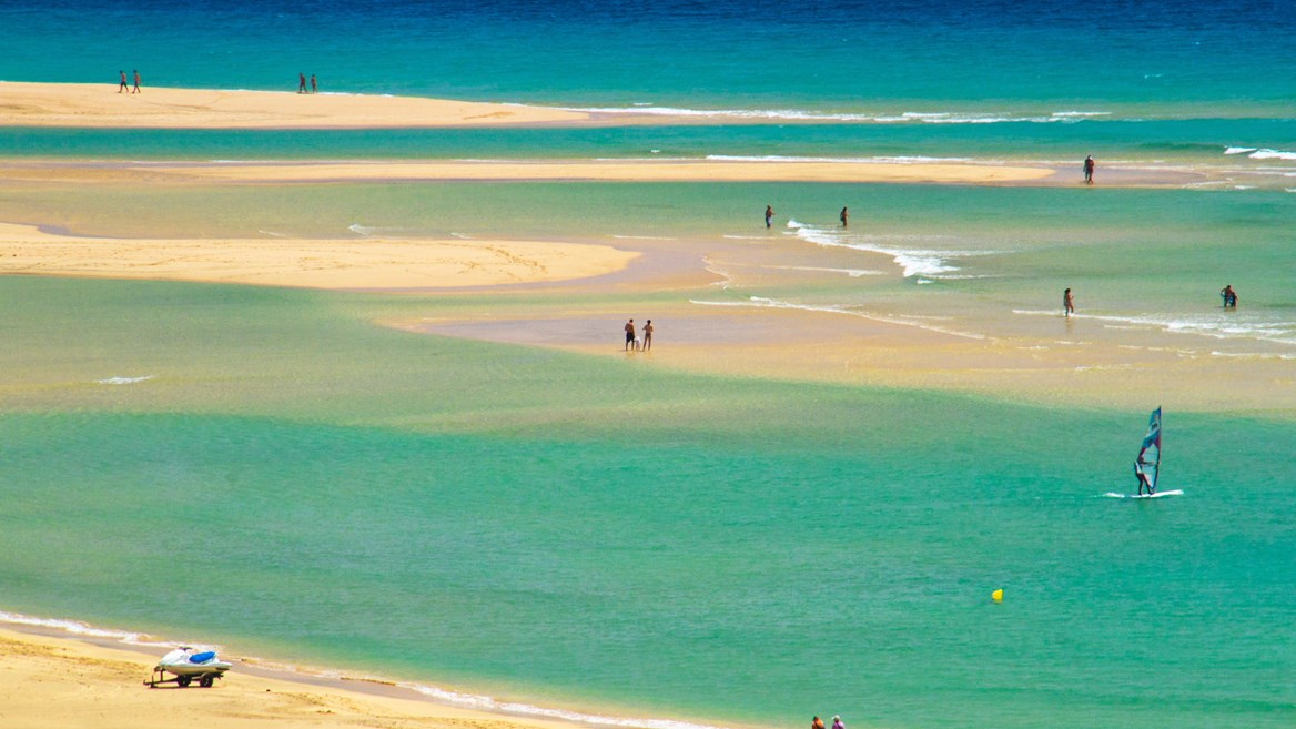 The beaches of Sotavento in Fuerteventura are perfect for lovers of kitesurfing and windsurfing and are made up of the Barca and Risco del Paso beaches.