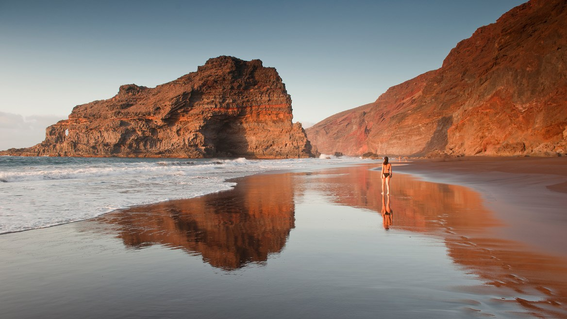 The Las Tabaibas rock, located opposite Bujarén beach, creates a wave that is perfect for surfing and the beach is one of the prettiest in La Palma.