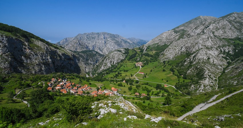 The town of Bejes, in the heart of the Picos de Europa, is visited by many hikers trekking through the natural park because it is the starting point for the route to the Ándara massif.